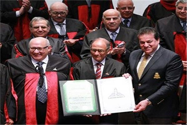 جامعة عين شمس تهنئ «هاني عازر» لحصوله على وسام الاستحقاق الألماني