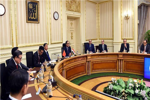 رئيس الوزراء يبحث مع مسئول صيني تعزيز العلاقات الثنائية