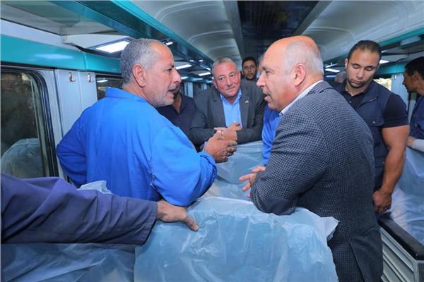 «الوزير» يتابع أعمال التطوير الشامل لـ٩٠ عربة قطار أسباني مكيفة