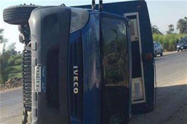 مصرع شرطي وإصابة اثنين آخرين في انقلاب سيارة ترحيلات بدمنهور