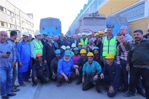 مكافأة من وزير النقل للعاملين بورش السكة الحديد ومفاجأة لعمال الـ55 يوما
