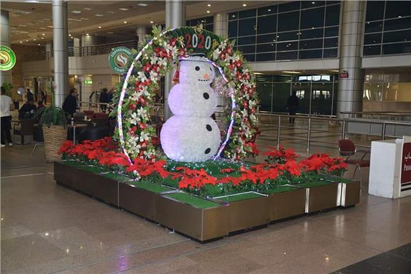 صور| مطار القاهرة يتزين لاستقبال العام الجديد.. و«بيانو» لأول مرة