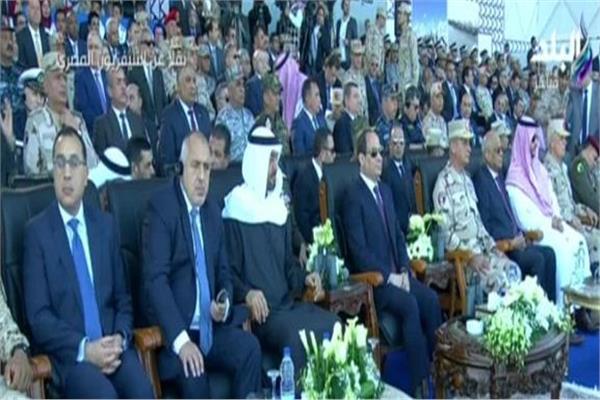 ولى عهد أبو ظبي ونائب وزير الدفاع السعودي بجانب الرئيس خلال افتتاح قاعدة «برنيس»