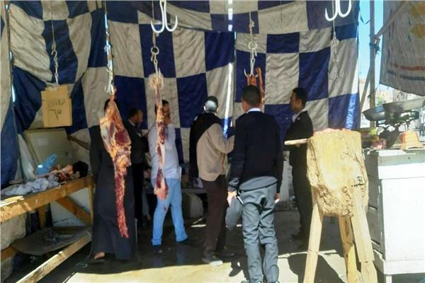 محافظ أسوان يقرر غلق وإزالة الشوادر العشوائية لبيع اللحوم