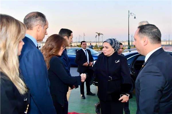 صور| قرينة رئيس الجمهورية تقدم واجب العزاء لأسرة «مبارك»
