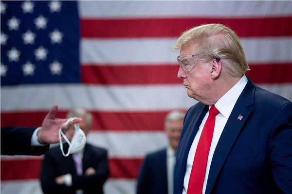 بعد إثارة الجدل بتجاهله لها.. ترامب يقرر ارتداء الكمامة
