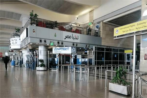 مصاب بـ«كورونا» يصل مطار القاهرة.. وتحويله إلي حميات العباسية