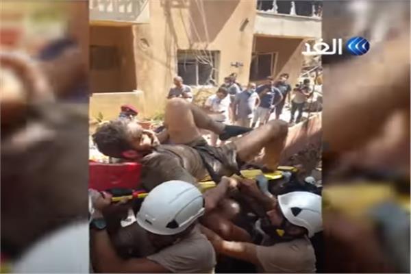 شاهد فرحة اللبنانيين بإنقاذ شاب من تحت الأنقاض