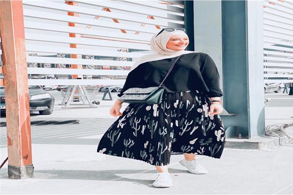 مصممة أزياء التنورة «البليسية» تصلح للكاچوال والكلاسيك