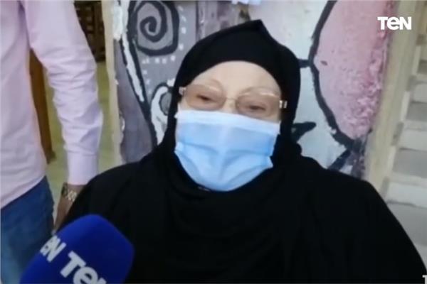 مسنة توجه رسالة للشباب أثناء الإدلاء بصوتها في انتخابات النواب 2020
