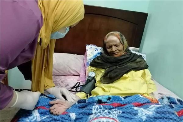 حكاية مسن  «رسمية صاحبة الـ90 عامًا».. تخلى عنها الأهل وأنقذها الغرباء