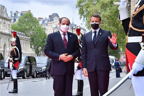 متحدث الرئاسة ينشر صور استقبال ماكرون للرئيس السيسي بقصر المؤتمرات بباريس