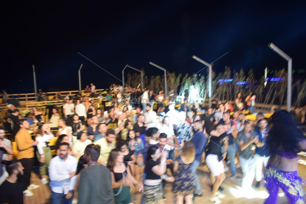 حسن الخلعي يُغني والروسية لينا ترقص في حفل «الساحل»