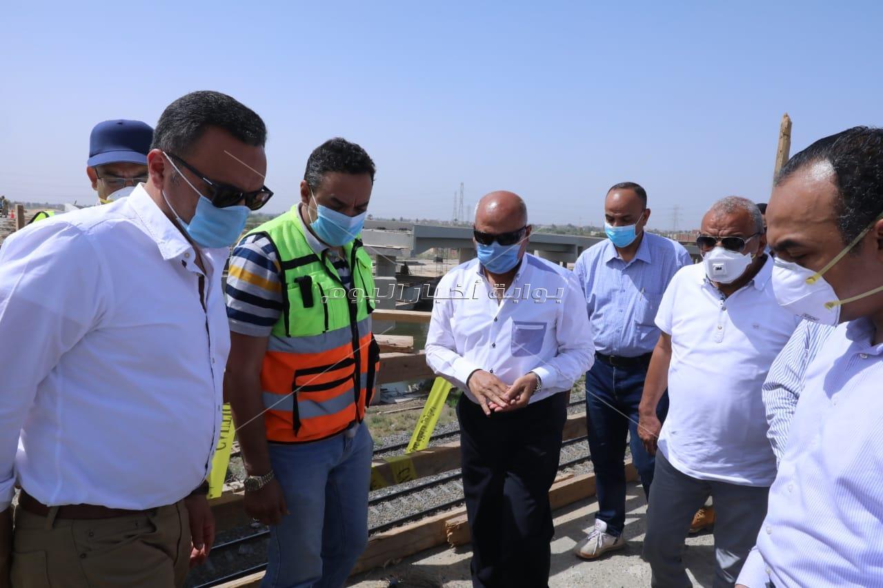 صور| وزير النقل يتابع أعمال تنفيذ محور سمالوط على النيل بمحافظة المنيا