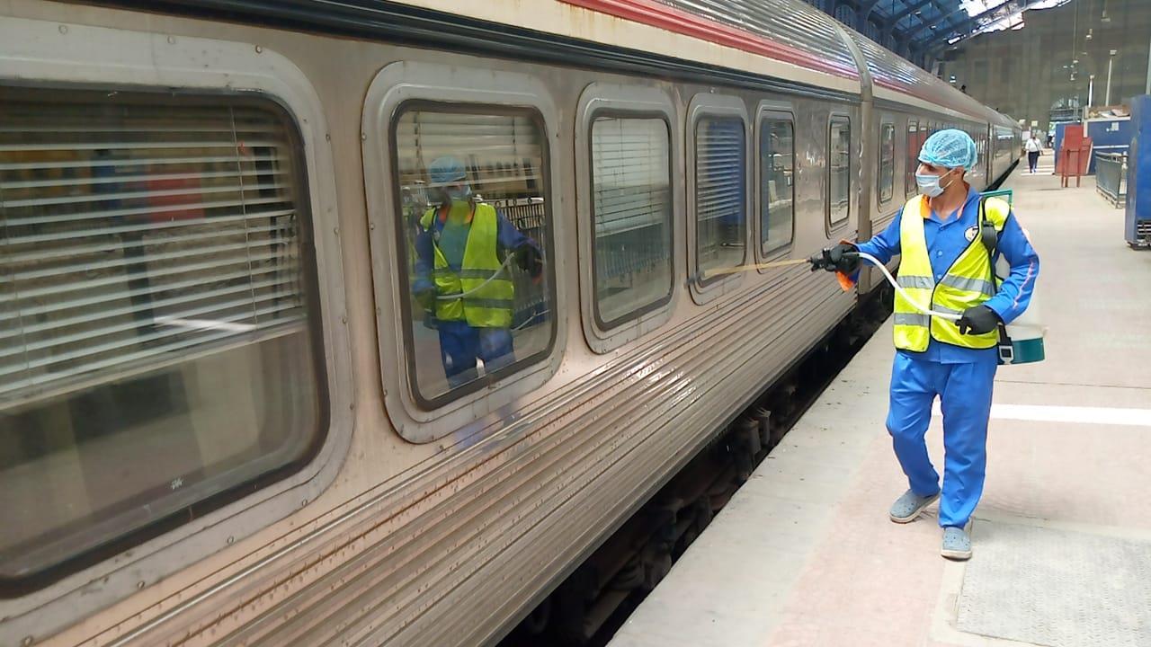 تعقيم وندوات مستمرة لمكافحة كورونا داخل للقطارات