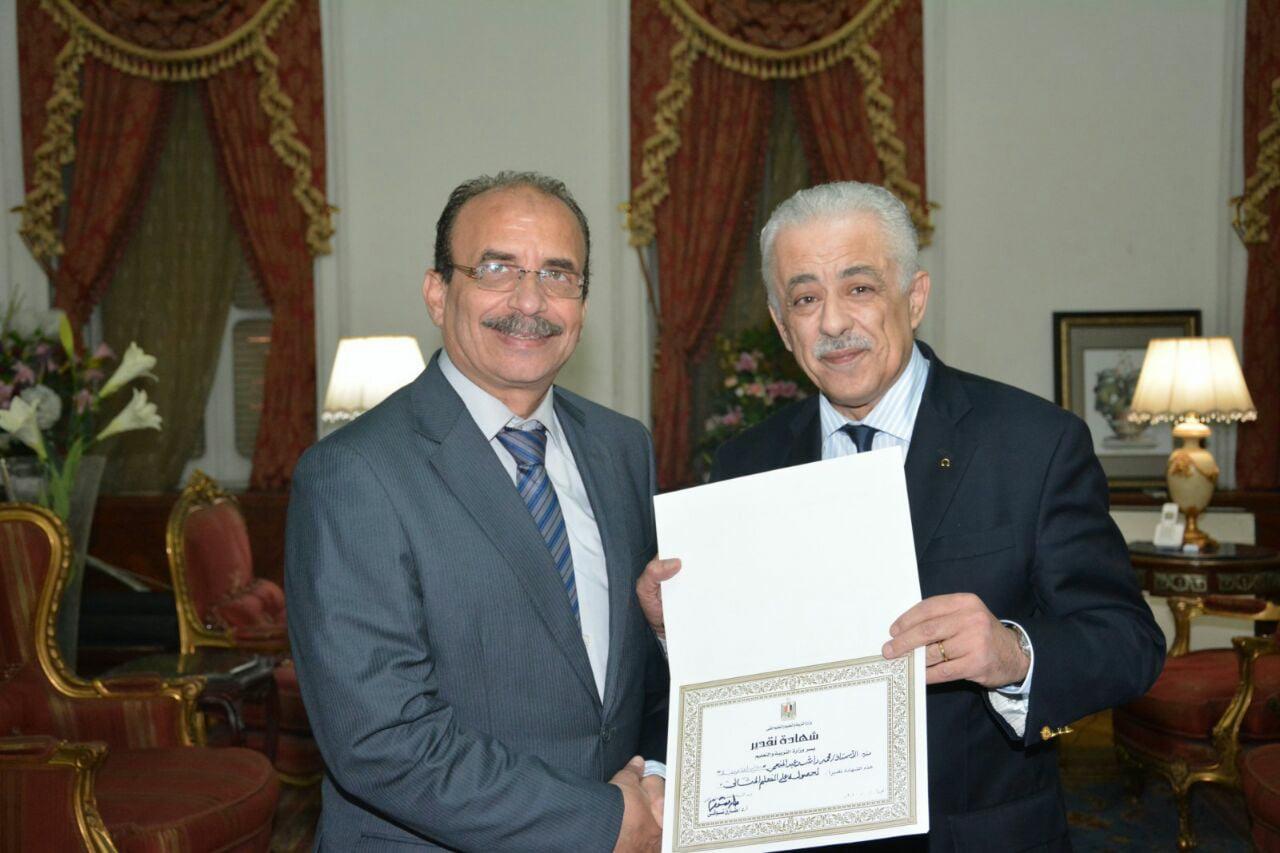 وزير التربية والتعليم يكرم معلم اللغة العربية المثالي بإدارة الدقي