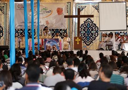 «بالصلوات واللافتات» القاهرة تستعد لاستقبال البابا فرانسيس| صور