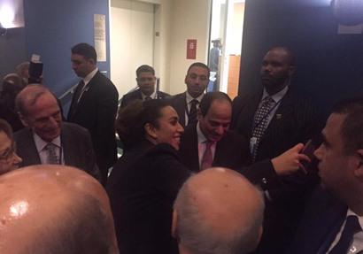 أعضاء الوفود العربية وكبار الشخصيات يتسابقون لالتقاط الصور مع السيسي